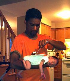 腕の中で眠りについた赤ちゃん。ちょっとでも移動するとまた起きてしまう。だがお腹はすいた。で、問題解決っと。