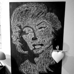 Eteisen liitutaululle vähän uutta ilmettä. Ei tullut ihan esikuvansa veroinen   #chalkboard #liitutaulu #liitutaulumaali #drawing #bw #blackandwhite #eteinen #decor #sisustus #sisustusinspiraatio #piirros #Marilyn #marilynmonroe #diy #itsetein #myhome #mitthem