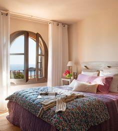 Mirador en el dormitorio  Cama y mesilla de El Taller del Agua, cortinas de Yute's y cojines lisos de Scapa, todo en Marina&Co.