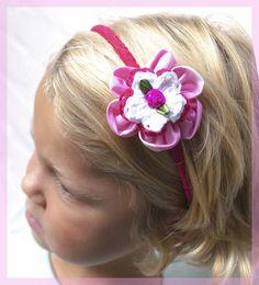 Roze haarband met stoffen en gehaakte bloemen • Hip en Haar #haarbandjes #haarbanden #haaraccessoires