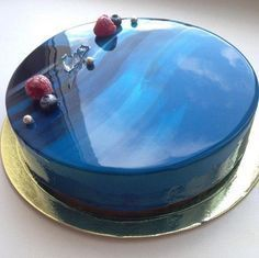 The secret of the mirror glaze for the cake           Ingredients: Gelatin 12 g Sugar 150 g 75 g water 150 g of glucose syrup or corn syrup 150 g of white chocolate 100 g of condensed milk food coloring Preparation: 1. Soak the gelatin sheets in water. 2. In a saucepan combine sugar, water and glucose syrup (in the extreme case, replace or invert molasses corn syrup). 3. Put on the fire and warm the mixture to dissolve the sugar. Add the squeezed gelatin and mix. 4. White Chocolate smash…