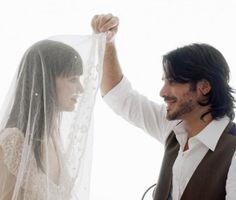 Un marié qui soulève le voile de sa femme