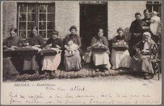 De kantwerksters houden het kantkussen op de schoot. De vrouwen dragen allemaal klompen en voorschort. De vrouw rechts draagt een witte pijpenmuts. Ze gebruikt een toestel om garen op te winden. Dit was een alledaags tafereel in het Brugge van toen. Er waren immers een 9.000-tal kantwerksters actief in Brugge. 1899 Brugge