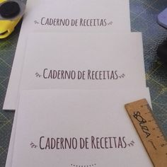 Miolos prontos para completar os cadernos de receitas. 📚 🍳🍴🍲 #miolos #cadernosartesanais #cadernosdereceitas #encadernaçãomanualartística #feitoàmão #papelaria #produtosforadesérie #elo7br #bookbinding #handmade #crafts