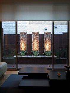 あなたのお部屋の窓からは、何が見えますか? 美しい山並み?100万ドルの夜景?そんな素晴らしい景色が見える幸運なかたは少数で、実際に見えるのは「お隣のトイレの窓」という方も少なくないでしょう。 ザ・シーズン世田谷店にも、リビングの窓から見える現況をなんとかしたい。 とご相談にいらっしゃる方が少なくありません。 今回ご紹介するガーデンも、そんな状況を克服した一例です。 施工前:ブロック塀が低くてお隣の玄関やトイレの窓が。。 施工後:目隠しフェンスには思えないリゾートホテルのようなビスタが確保された Pさま邸のリビングやダイニング、そして和室は、 すべて南側に面していますが、そこから見えるのは、お隣のブロック塀と裏窓でした。そんな状況を克服すべく、各部屋の個性に合わせて、三つの『目隠しフェンス』をデザインしました。 アルミとウッドの目隠しフェンス(ダイニングから) 玉石とステンレスの目隠しフェンス(リビングから) アルミと縦桟ウッドの目隠しフェンス(和室から) それぞれの足元にはソテツ、アガペ、ヤマモミジと趣の異なる植栽を配置し、…
