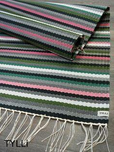 Kehrääjä-raitamattoa on saatavilla myös omilla väreillä. Nämä söpöt matot kudottiin tilauksesta harmaiden ja mustan sävyillä ja maust...