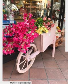 Pelas ruas de La Spezia encontrei esse carrinho cheio de flores em uma vitrine. Uma ideia ótima para ser usada de várias maneiras em um jardim de repetente até com outros tipos de plantas. O que acharam???? Ad Pinterest/ arqdecoracao @arquiteturadecoracao @acstudio.arquitetura #arquiteturadecoracao #olioliteam #instagrambrasil #decor #arquitetura #olioliemmilao #oliolinoisaloni #salonedelmobile #milao #isaloni #adnoisalini #easysim4u