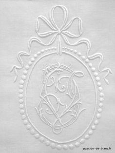 Articles vendus > Linge ancien de lit > LINGE ANCIEN/ Grand drap avec somptueuses broderies main sur toile en lin fin avec monogramme VJ - Linge ancien - Passion-de-Blanc - Textiles anciens