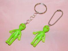 Resplandor en el oscuro llavero Alien o cadena de la bola / / Alien juguete llavero para las llaves y mochilas / / llavero Alien de ojos rojo hecho a mano