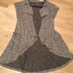 Open Short Sleeve Vest Perfect condition! Pockets on sides❤️ Sort of waterfall look down the front opening. Short Sleeve. Tag doesn't say size but fits like a Medium☺️ Tops