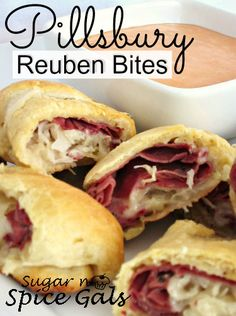 Pillsbury Reuben Bites: Pastrami or corned beef slices cup finely shredded swiss cheese cup well drained sauerkraut cup Thousand Island dressing for dipping sauce Sauerkraut, Empanadas, Pillsbury Recipes, Wrap Sandwiches, Pizza, Relleno, Appetizer Recipes, Meat Appetizers, Love Food