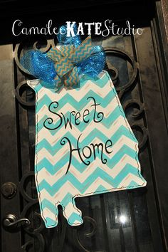 """Sweet Home Alabama"" Wooden State Door Hanger {hand painted} Painted Letters, Painted Doors, Wooden Letters, Hand Painted, Home Crafts, Diy Home Decor, Arts And Crafts, Alabama Door Hanger, Wooden Door Hangers"