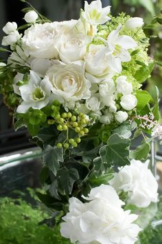 Pin by Miyuki Aoki on Flowers Green Flowers, White Flowers, Beautiful Flowers, Deco Floral, Arte Floral, Beautiful Flower Arrangements, Floral Arrangements, Bouquet Champetre, Floral Photography