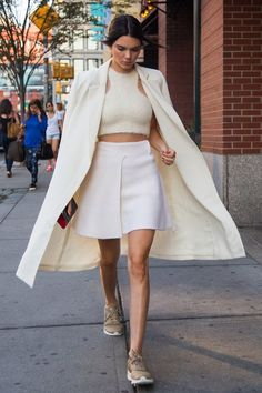 Kendall Jenner Serves Up a Lesson in Sneaker Chic Gym shoes and dresses. Sporty look. Kendall Jenner Serves Up a Lesson in Sneaker Chic<br> The model of the moment takes to the streets in the new look of monochromatic style. Kendall Jenner Outfits, Kendall Jenner Estilo, Haute Couture Style, Style Désinvolte Chic, My Style, Style Men, Moda Fashion, High Fashion, Street Fashion