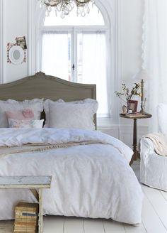 Ook al heb je een stoere, landelijke inrichting, je slaapkamer mag best een beetje romantisch zijn. Geef je slaapkamer een brocante sfeer. Lees onze blog!