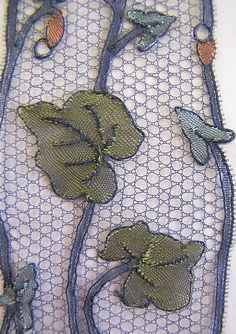 Jambière pour aller danser... Needle Lace, Bobbin Lace, Types Of Lace, Lace Art, Lacemaking, Lace Jewelry, Bayeux, Textile Art, Lace Detail