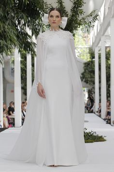The 100 most elegant wedding dresses of 2019 Novias especiales Malay Wedding Dress, Wedding Dress Suit, Wedding Cape, Classic Wedding Dress, Best Wedding Dresses, Wedding Gowns, Bridal Outfits, Bridal Dresses, Zuhair Murad Mariage