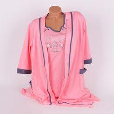 Памучен комплект за бременни от две части - халат и нощница за кърмене. Изработени са в розов цвят, много нежен и са украсени с кантове в сиво. Нощницата е със сиви копчета отстрани на гърдите за улеснение при кърмене и къси ръкави, деколтето е обло, а в средата са апликирани сладки мечета.