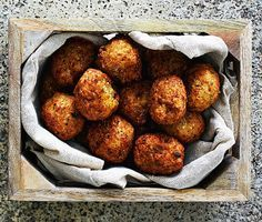 Frasgoda vegetariska blomkålsbollar som påminner om falafel i utseende och konsistens, men med en helt egen ljuvlig smak. Ajwainfrön är en krydda som påminner om timjan i doften och libbsticka i smaken. Perfekt även som plockmat på buffén!
