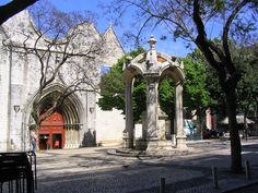 Convento do Carmo - Lisboa - O Convento da Ordem do Carmo de Lisboa Localiza-se no Largo do Carmo e Ergue-se, sobranceiro Ao Rossio (Praça de D. Pedro IV), na colina Fronteira à do Castelo de São Jorge, na Cidade e Distrito de Lisboa, em Portugal.