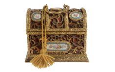 Caixa Francesa com aplicações em porcelana do sec.19th, 21cm, 3,650 USD / 3,270 EUROS / 14,520 REAIS / 23,260 CHINESE YUAN soulcariocantiques.tictail.com