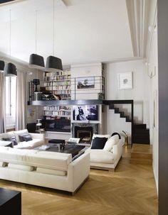 Un salon contemporain qui bénéficie d'une très belle hauteur sous plafond.