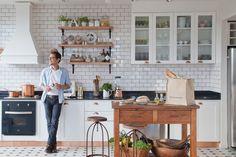 Distintas estéticas aplicadas a cocinas cuyas bases son neutras y claras; para que tomes ideas y las apliques en el corazón de tu casa