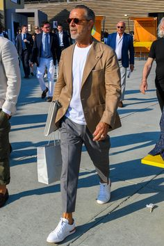 The best street style Discover the details that make the difference of the best unique people with a lot of Older Mens Fashion, Old Man Fashion, Look Fashion, Stylish Men, Men Casual, Smart Casual Menswear, Handsome Older Men, Handsome Man, Pantalon Costume