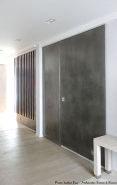 Mur et porte sous tenture en Etain (métallisation à froid), agence Bismut&Bismut, réalisation l'Atelier du Mur