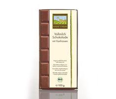 Bio Vollmilchschokolade mit Hanfnüssen 100 g Aus besten Zutaten mit frisch gerösteten, geschälten Hanfnüssen Zart schmelzender Genuss Aus biologischem Anbau Zutaten: Roh-Rohrzucker*, Kakaobutter*, Vollmilchpulver*, geschälte Hanfnüsse* (12%), Kakaomasse*, Bourbon-Vanille*, mind. 35% Kakao und 22% Vollmilchpulver in der Schokolade.
