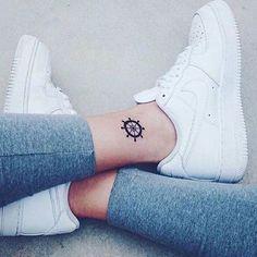 Envie de craquer pour un joli petit mini tattoo sur les pieds ? Focus : gouvernail