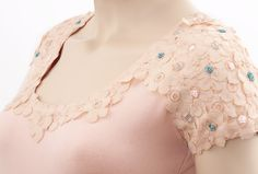 Decorate a T-shirt with flowers from lace fabric
