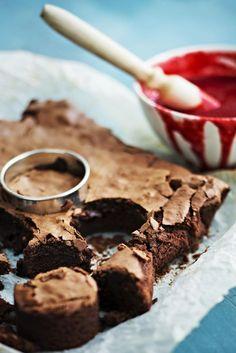 Sami Kuronen leipoi Haasta Hans -ohjelmassa brownieita, jotka päihittivät jopa Välimäen omat jälkiruuat. Tämän suklaapiirakan on siis pakko olla...