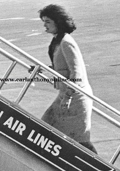 From the moment she ascended into Air Force One, Jacqueline Kennedy began casting the ceremonial public tribute to the President. Jackie Kennedy Style, Caroline Kennedy, Jacqueline Kennedy Onassis, John Kennedy, Jaqueline Kennedy, Kennedy Assassination, Presidential History, Drame, Air Force Ones