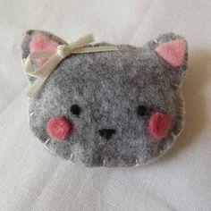 Broche chat en feutrine Cat Crafts, Crafts For Kids, Felt Bookmark, Diy Cadeau, Crochet Wool, Felt Cat, Felt Brooch, Needlework, Coin Purse