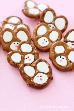 hoppy easter Easy Easter bunny pretzels made with pretzels, chocolate, and food writers. Video step-by-step instructions are included. Easter Snacks, Easter Lunch, Easter Candy, Hoppy Easter, Easter Treats, Easter Eggs, Easter Food, Easter Desserts, Easter Stuff