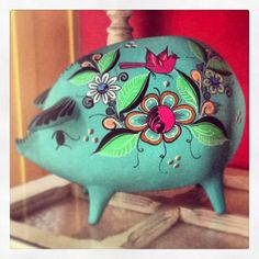 Hand painted ceramic pig! Pig Images, Garden Mural, Paper Mache Animals, Art N Craft, Animal Decor, Mexican Folk Art, Hand Painted Ceramics, Ceramic Painting, Animal Paintings