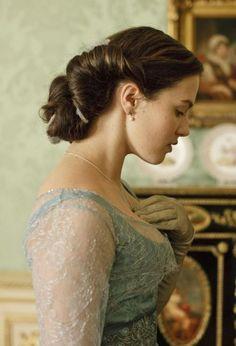 J'ai tellement pas les cheveux assez longs ni assez épais pour ça, mais on peut toujours rêver!!! :)  Hair! Downton Abbey