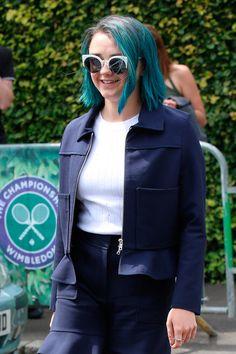 Harry Styles de soldado? Sim, por favor! E Maisie Williams gostou tanto das pontas azuis dos cabelos que... se jogou de vez na cor....
