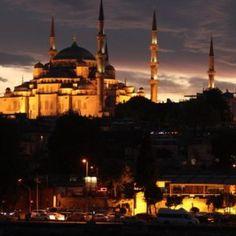 Άγιος Λουκάς Ιατρός: Η θαυματουργή προσευχή για τους ασθενείς - ΕΚΚΛΗΣΙΑ ONLINE Mekka, Taj Mahal, Building, Travel, Viajes, Buildings, Destinations, Traveling, Trips