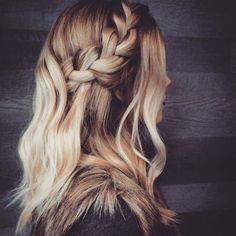 On TRIPPE sur cette coiffure réalisée par la talentueuse @labelleetlatete  La modèle : nulle autre que notre super collaboratrice @sarahcout  #lookdujour #ldj #hairstyle #hairdo #braid #blonde #hair #pretty #talent #inspiration #labelleetlatete #wavyhair #hairstylist #regram  @labelleetlatete