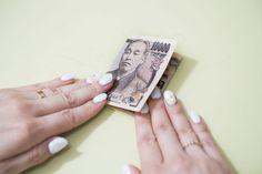 1万円札を三つ折りにしてお守りに!?「あと1万円貯金できる財布」の仕組み 油断していると、つい中身が散らかってしまう財布。石田さん(仮名・東京都・30歳)も、散らかった財布を使っているひとりです。石田さんの悩みは、「貯金をしたいけどなにからはじめていいのかわからない」ことで、月の収支はほぼプラマイゼロだそう。そんな石田さんを貯める体質に改善すべく、『お金を整える』(サンマーク出版)の著者である、ファイナンシャルプランナーの市居愛さんにアドバイスをしていただきました。