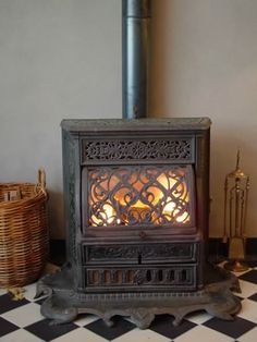 Harrie van Gennip is specialized in the supply of used and antique wood stoves originating from all over Europe. All stoves are professionally restored in Harrie van Gennip's studios. Antique Wood Stove, How To Antique Wood, Stove Fireplace, Cozy Fireplace, Alter Herd, Old Stove, Cast Iron Stove, Vintage Stoves, Log Burner