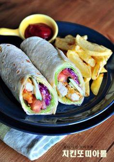돌돌 말아먹는 치킨 또띠아롤 샌드위치 만들기(치킨스낵랩) 좋은 아침입니다^^ 아침부터 더워서 눈을 떴다... K Food, Salad Topping, Salad Wraps, Mexican Food Recipes, Ethnic Recipes, Bulgogi, Korean Food, Fresh Rolls, Sandwiches