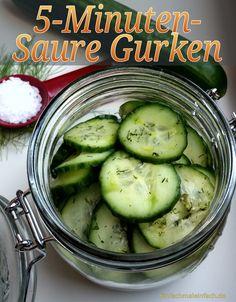 Mit nur vier Zutaten sind Saure Gurken in fünf Minuten selbst gemacht!