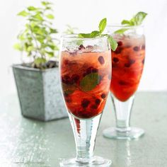 Mint leaves, juicy pomegranate and sparkling water make this fruity mocktail cooling and refreshing. More mocktail recipes: http://www.bhg.com/recipes/drinks/wine-cocktails/mocktails/?socsrc=bhgpin071313pmegranatefizzes=3