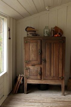 Antique wooden icebox, circa A beautiful piece with gorgeous patina, from the days when appliances were part of the furniture. Primitive Furniture, Rustic Furniture, Vintage Furniture, Diy Furniture, Plywood Furniture, Modern Furniture, Furniture Design, Country Decor, Rustic Decor