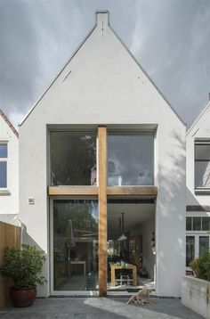 An old terraced house is getting bigger and more modern- Modern renovation of a row house by Ruud Visser Architecten Minimalist Architecture, Facade Architecture, Residential Architecture, Terraced House, Design Exterior, Narrow House, House Extensions, Modern House Design, Home Design