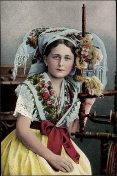 Postcard Junge Spreewälderin in Landestracht, Spinnrad