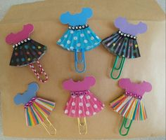 My first try at cupcake liner dress clippies. Need to purchase some more colored paperclips and change up the bodice and bling. My new favorite! Paper Clips Diy, Paper Clip Art, Paperclip Crafts, Paperclip Bookmarks, Tie Crafts, Paper Crafts, Diy Scrapbook, Scrapbooking, Book Markers